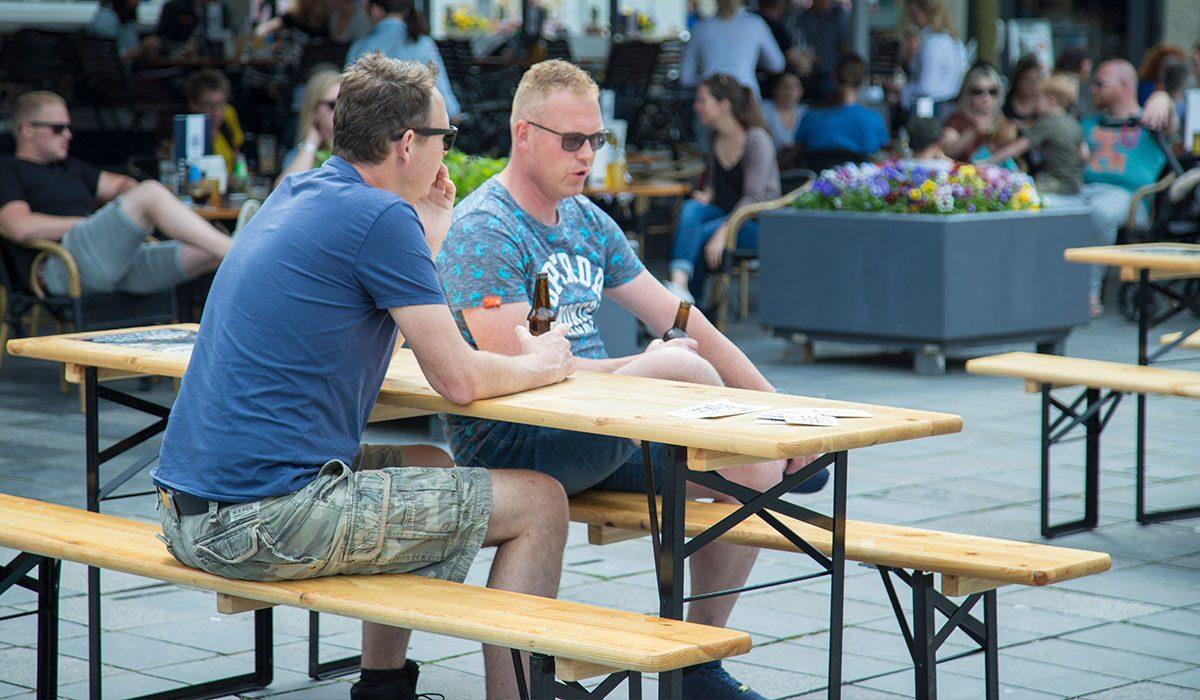 Gezelligheid bij het gemeenteplein in Heerenveen
