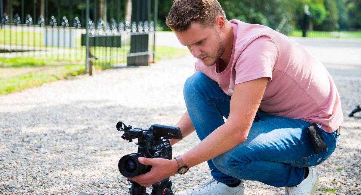 Cameraman opgevallen filmt tijdens opnames Autobedrijf van Schaik