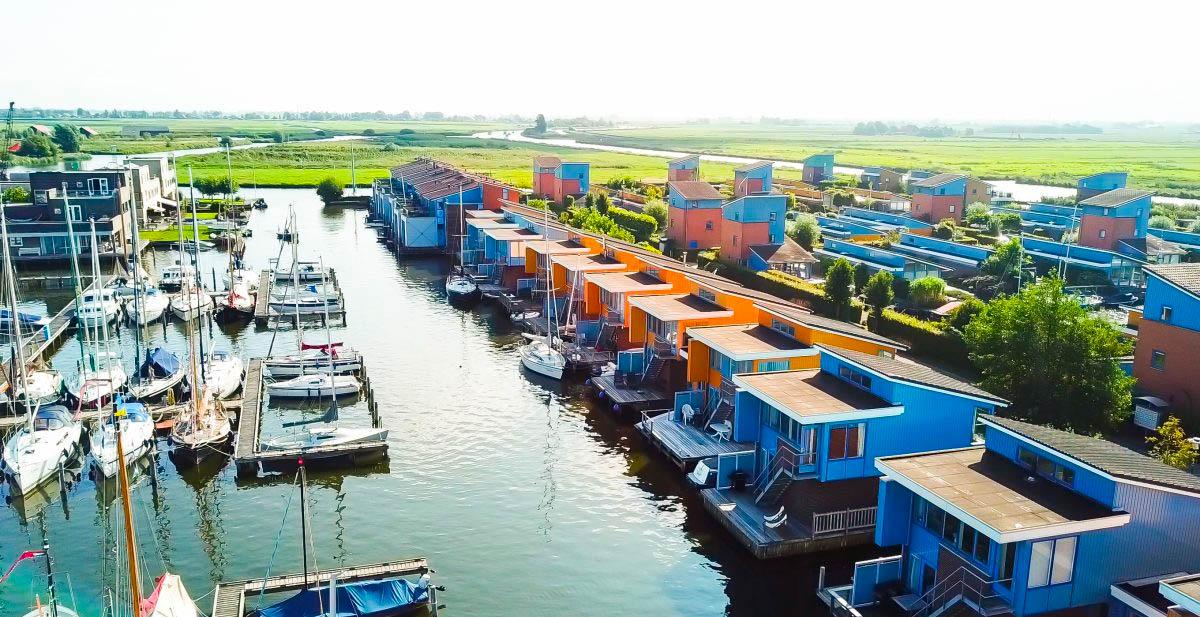 Dronefoto van vakantiepark in Friesland