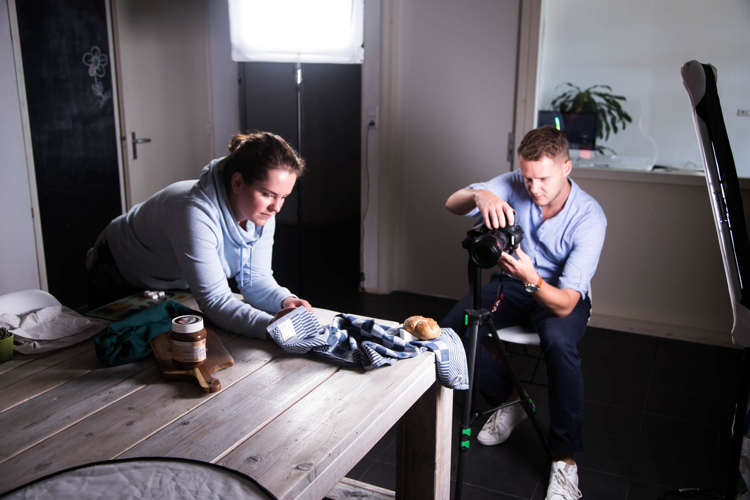 Fotograaf in actie bij het maken van foodphotography