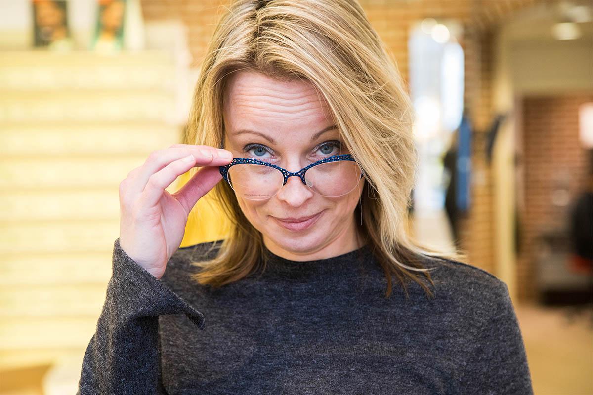 Verkoopster van brillenwinkel Miedema